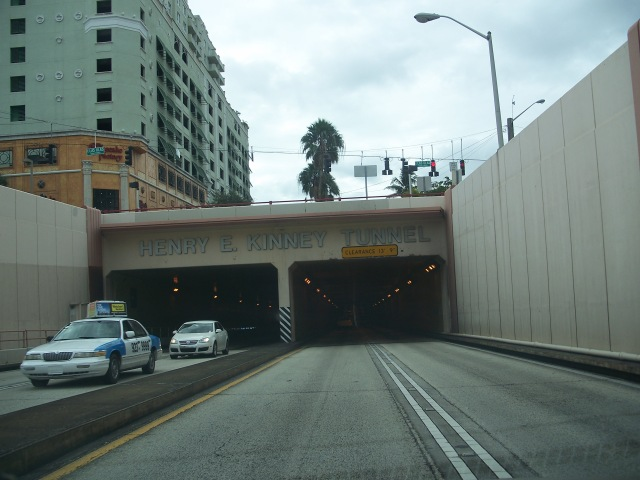 """Ft Laud FL New River Tunnel south01"" von Ebyabe - Eigenes Werk. Lizenziert unter CC BY-SA 3.0 über Wikimedia Commons - https://commons.wikimedia.org/wiki/File:Ft_Laud_FL_New_River_Tunnel_south01.jpg#/media/File:Ft_Laud_FL_New_River_Tunnel_south01.jpg"